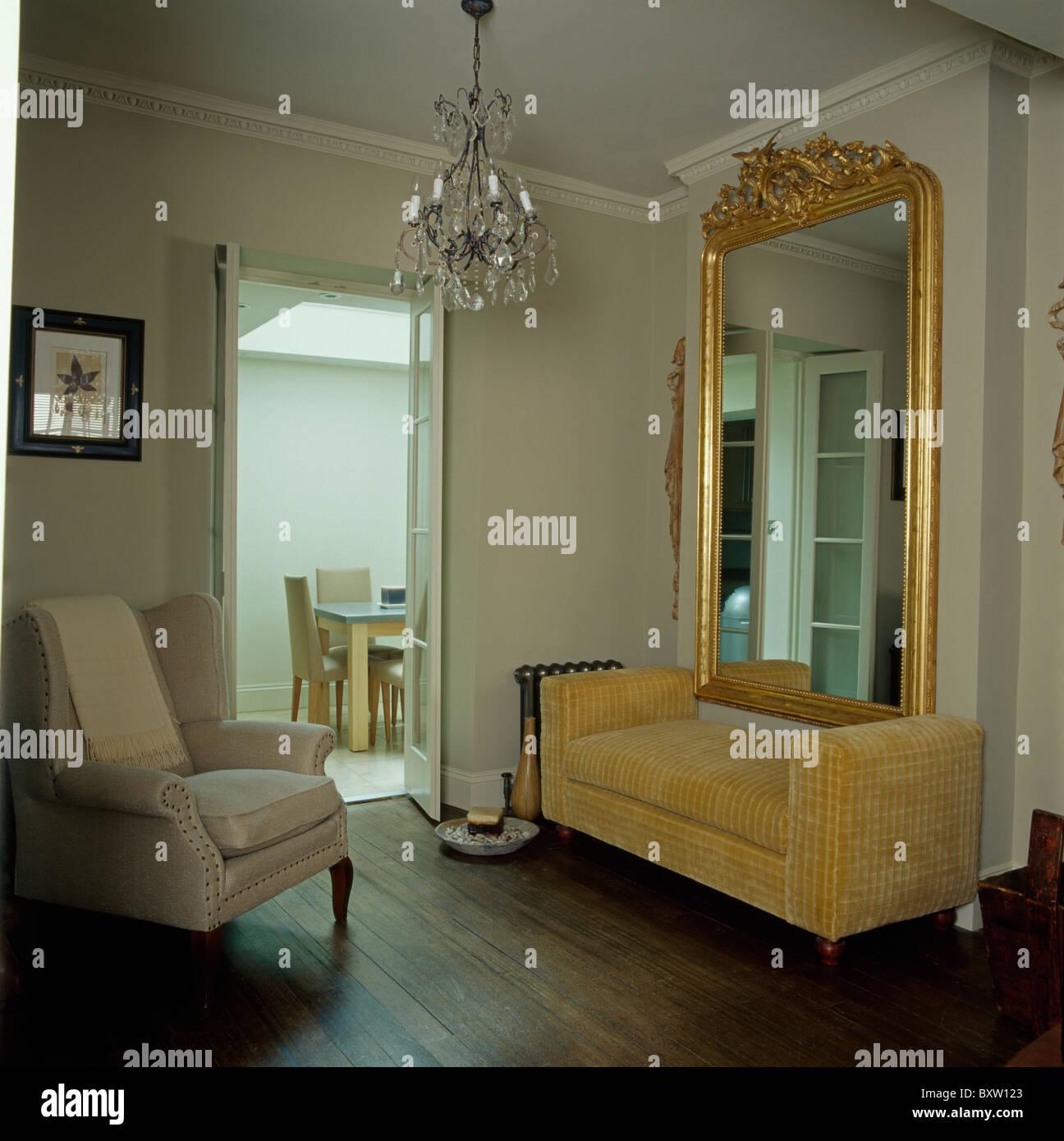 Grande ornato antico specchio dorato al di sopra di velluto beige divano nel soggiorno con crema - Specchio dorato antico ...