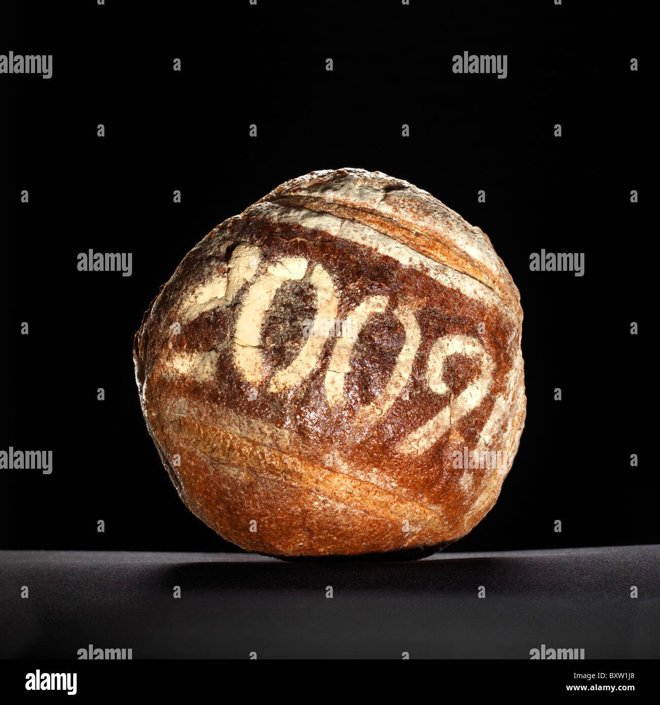 Pagnotta di pane spolverata con una data dell'anno Immagini Stock