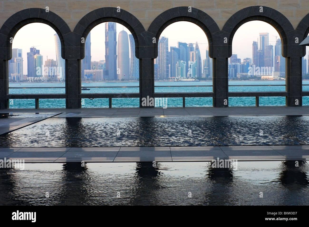 Lo skyline di Doha il Museo di Arte Islamica in Qatar Immagini Stock
