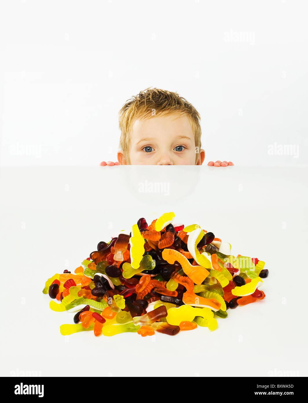 Bambino guardando i dolciumi Immagini Stock
