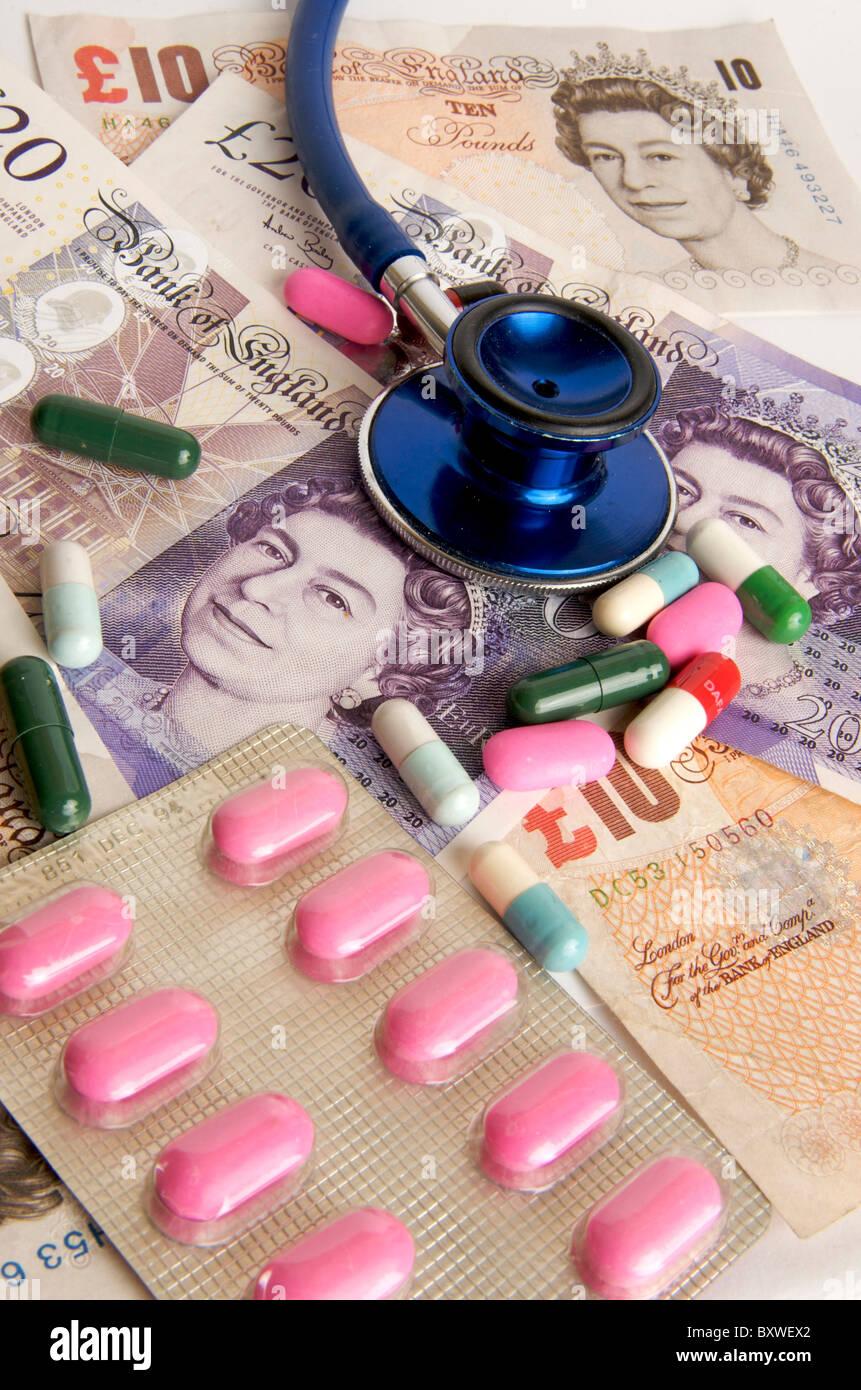 Sterlina inglese di banconote, uno stetoscopio pillole - NHS costi sanitari / cariche nel concetto del Regno Unito Immagini Stock