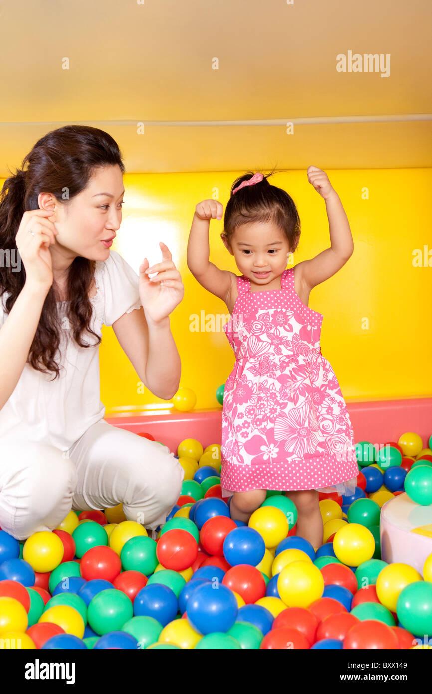 Madre giocando con la figlia Immagini Stock