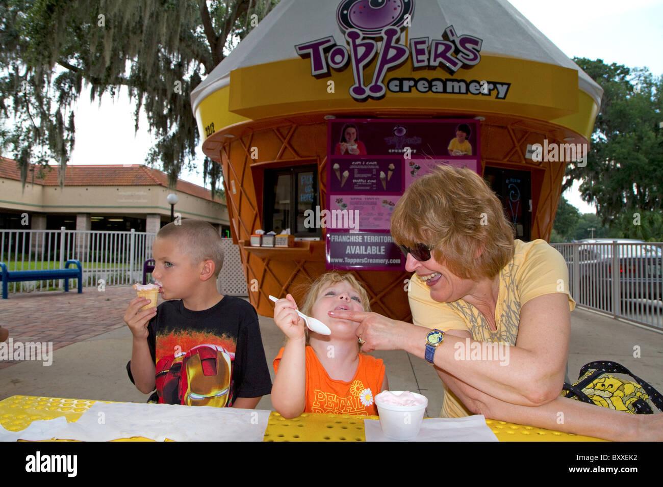 Nonna con grand i bambini a mangiare il gelato in Brandon, Florida, Stati Uniti d'America. Signor Immagini Stock