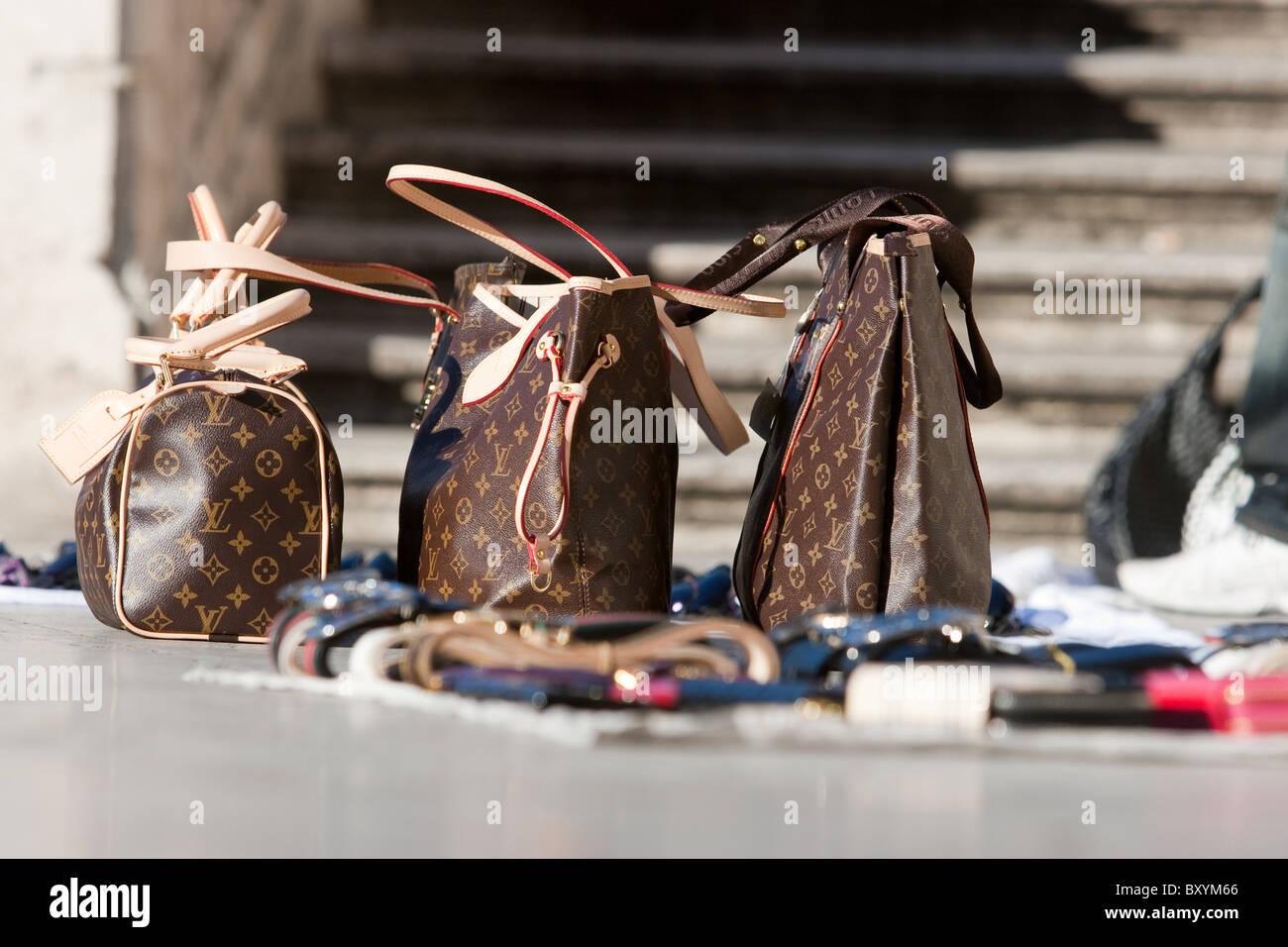 Design fake di merci in vendita in scalinata di Trinit dei Monti Roma Italia . 9c16e94bf545