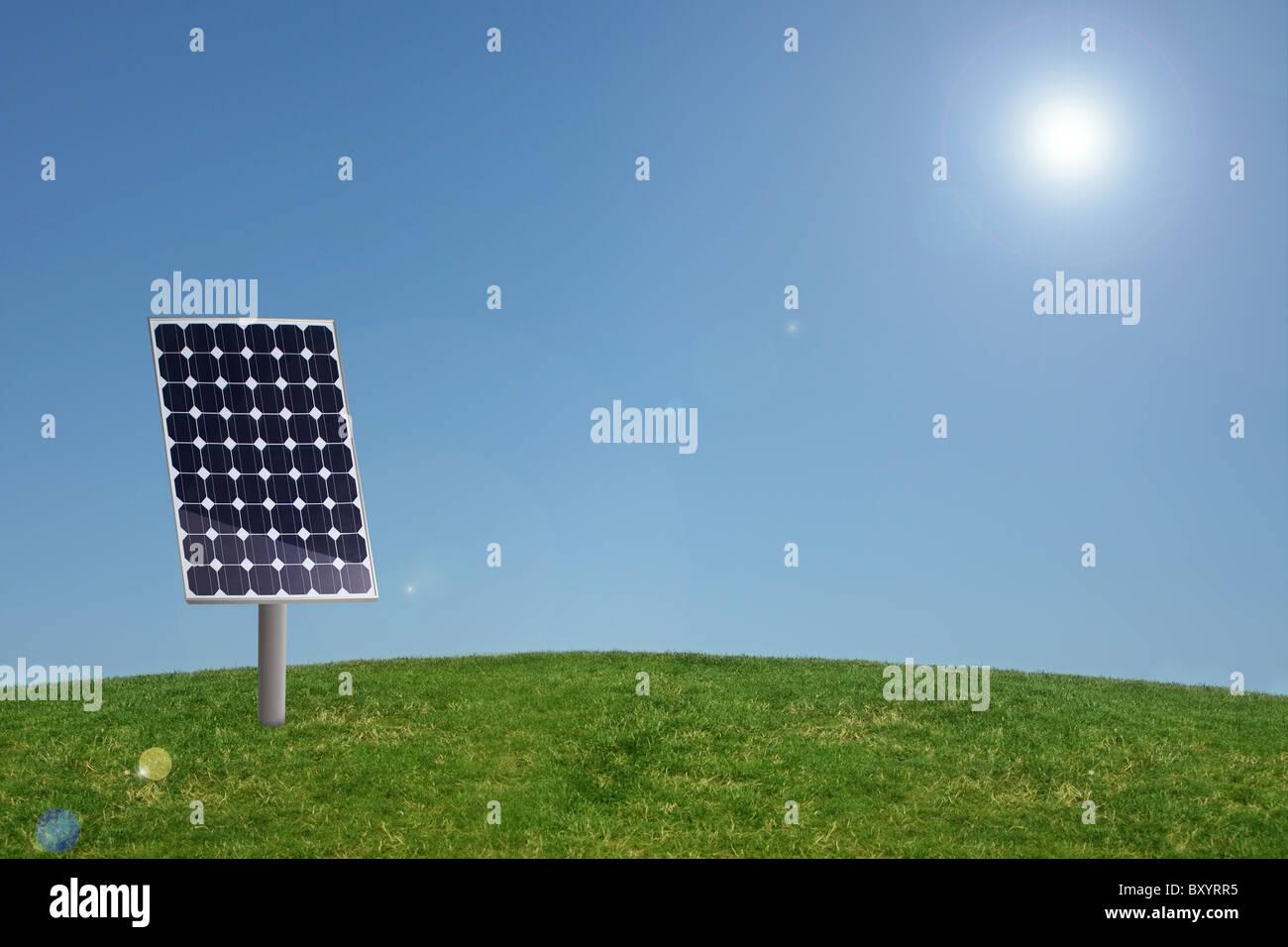 Pannello solare in erba con cielo blu Immagini Stock