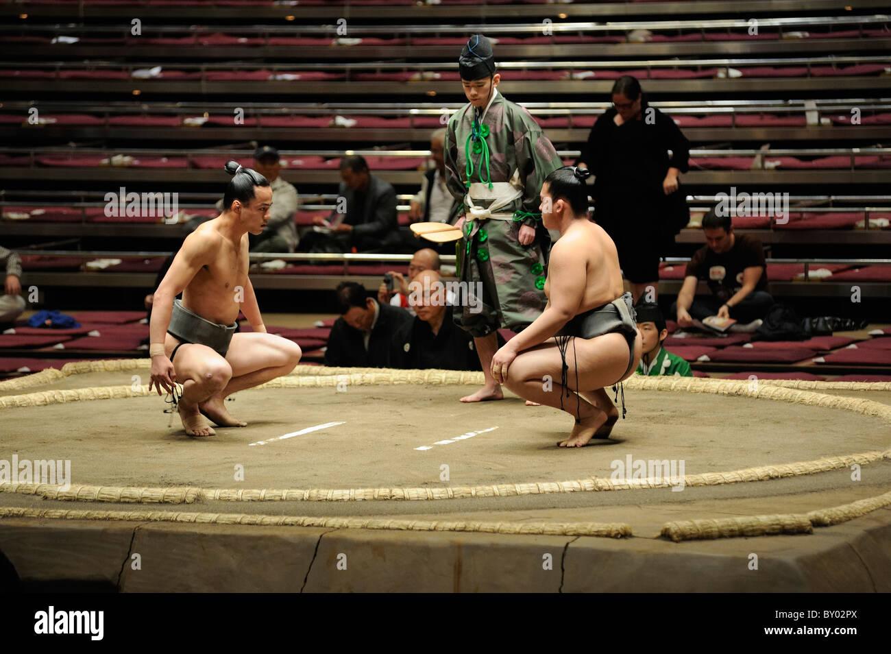 Due di basso rango lottatori di sumo preparando per bout, Grandi Campionati di Sumo maggio 2010, Ryogoku Kokugikan, Immagini Stock