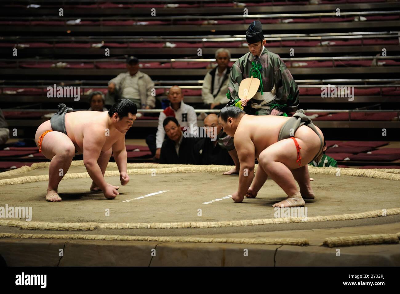 Due di basso rango lottatori di sumo prima bout, Grandi Campionati di Sumo maggio 2010, Ryogoku Kokugikan, Tokyo, Immagini Stock