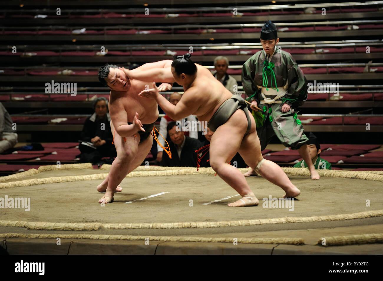 Due di basso rango lottatori di sumo combattimenti, Grandi Campionati di Sumo maggio 2010, Ryogoku Kokugikan, Tokyo, Immagini Stock
