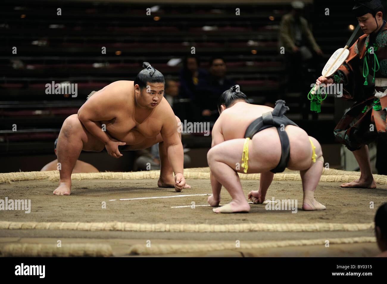 Due lottatori di sumo prima bout, Grandi Campionati di Sumo maggio 2010, Ryogoku Kokugikan, Tokyo, Giappone Immagini Stock