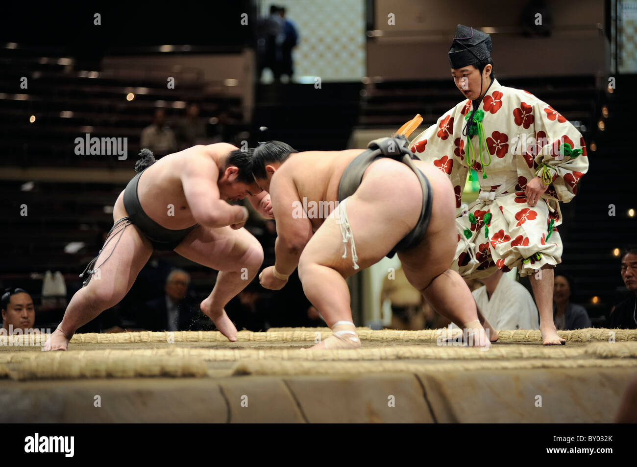 Due lottatori di sumo di attaccare, Grandi Campionati di Sumo maggio 2010, Ryogoku Kokugikan, Tokyo, Giappone Immagini Stock