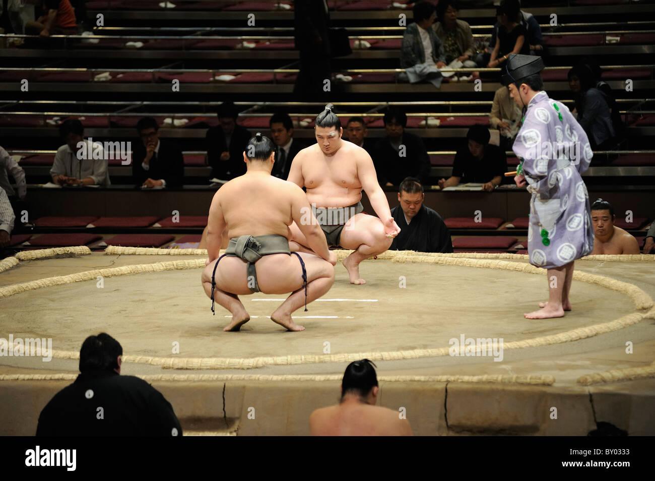 Due lottatori di sumo prima bout, Grandi Campionati di Sumo maggio 2010, Ryogoku Kokugikan, Tokyo, Giappone Foto Stock