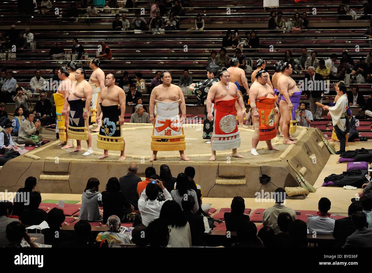 Lottatori Juryo cerimoniale di ingresso, Grandi Campionati di Sumo maggio 2010, Ryogoku Kokugikan, Tokyo, Giappone Immagini Stock