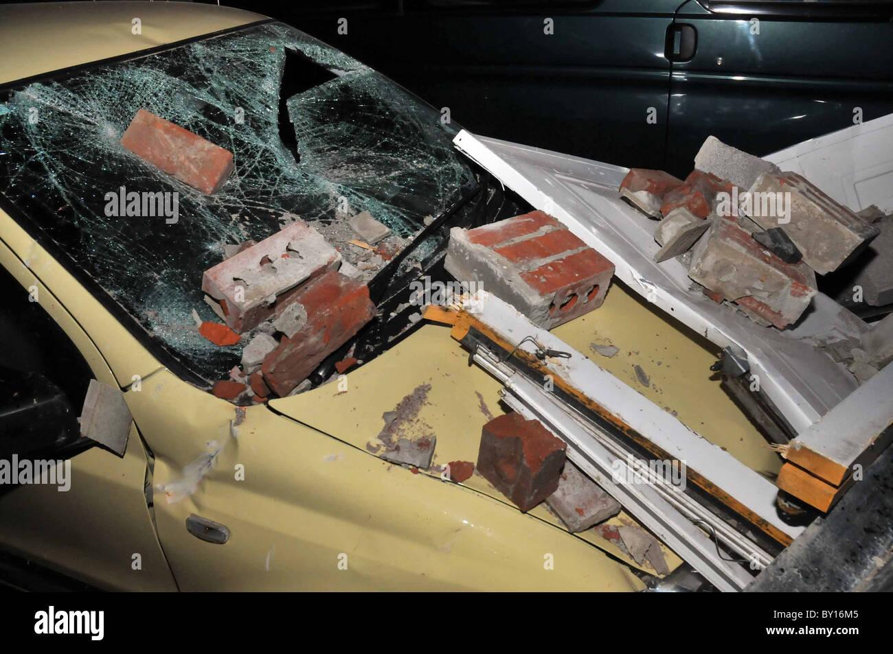 Regno Unito, Runaway a prova di bomba 28 t veicolo militare ha causato una scia di devastazione in maniera restrittiva Immagini Stock