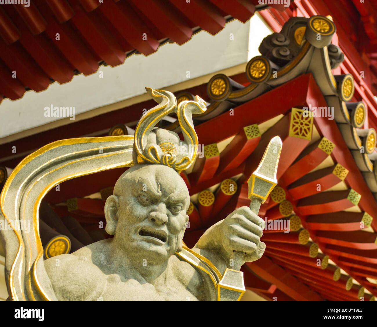 Primo piano della statua Dvarapala sanscrito guard fuori i cinesi buddist dente reliquia tempio in Singapore Chinatown, Immagini Stock