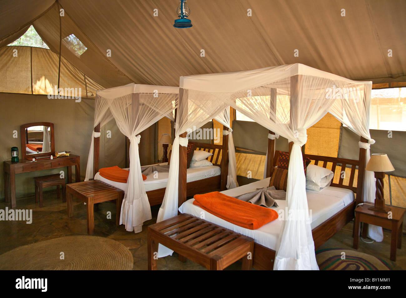 Tented alloggi a Selous Riverside Safari Camp situato sulle rive del fiume Rufiji appena fuori Selous Immagini Stock