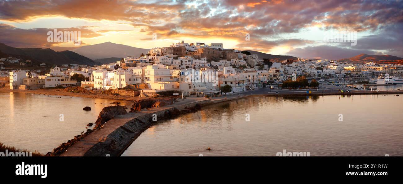 La città di Naxos (Chora) al tramonto. Greco Isole Cicladi Grecia Immagini Stock
