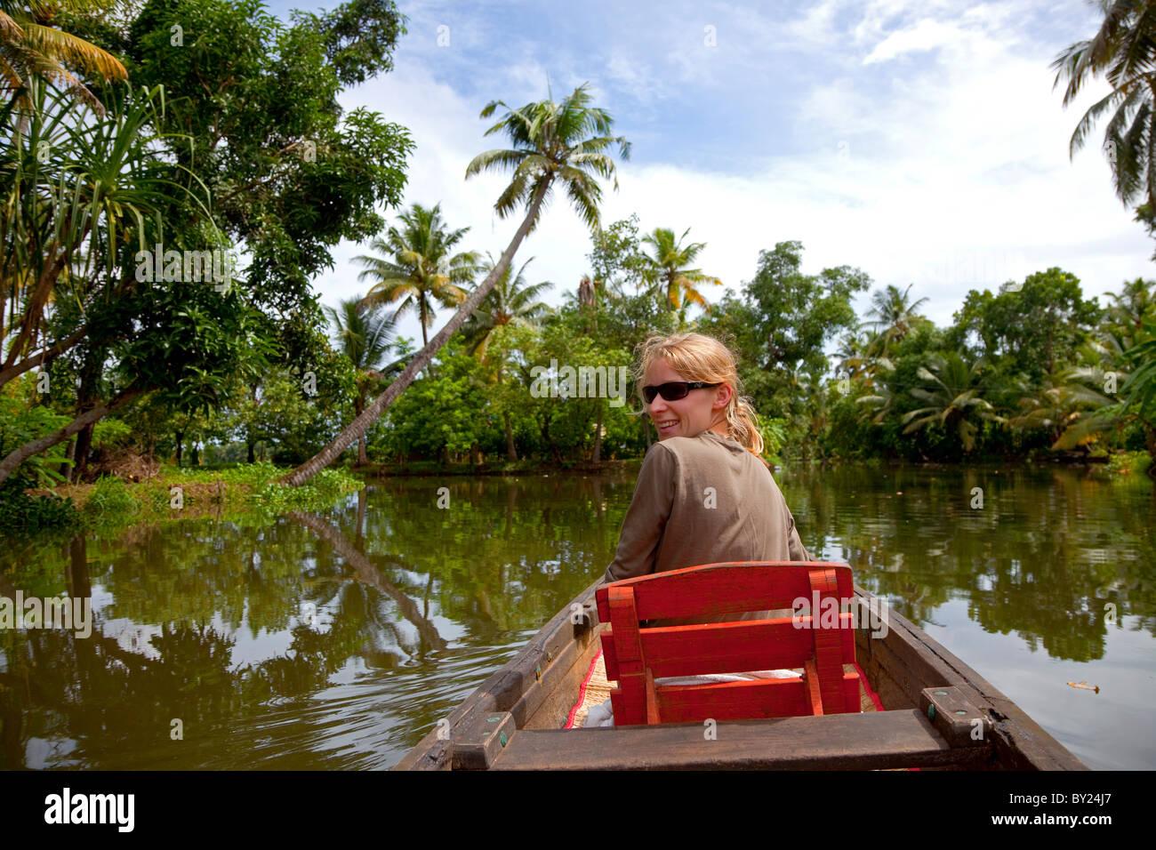 India, Alleppey. Un turista prende una fila tranquilla verso il basso il Kerala backwaters. Signor Immagini Stock