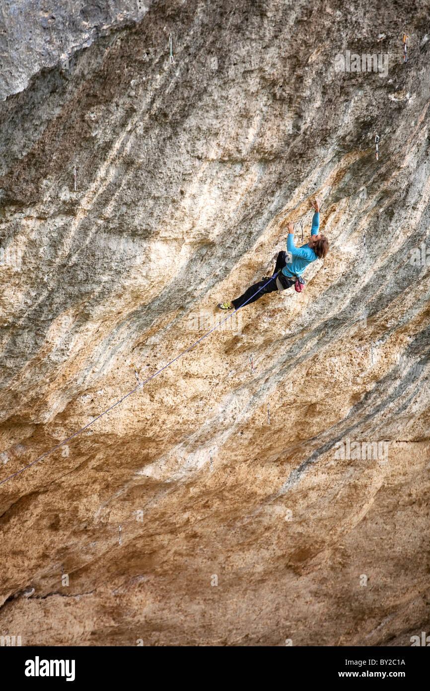 Un uomo salite di roccia in Spagna. Foto Stock