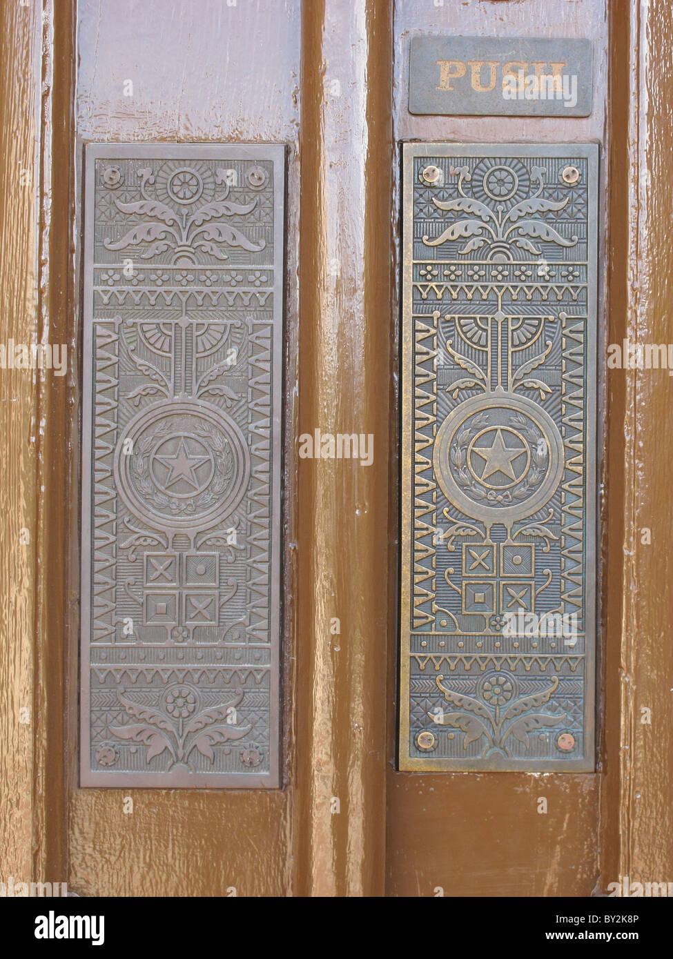 La piastra di spinta sulle porte del Texas State Capitol Building di ...