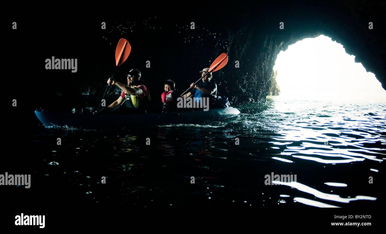 Un avventuriero cieco conduce il suo kayak in una grotta marina su Santa Cruz isola al largo della costa di Santa Immagini Stock