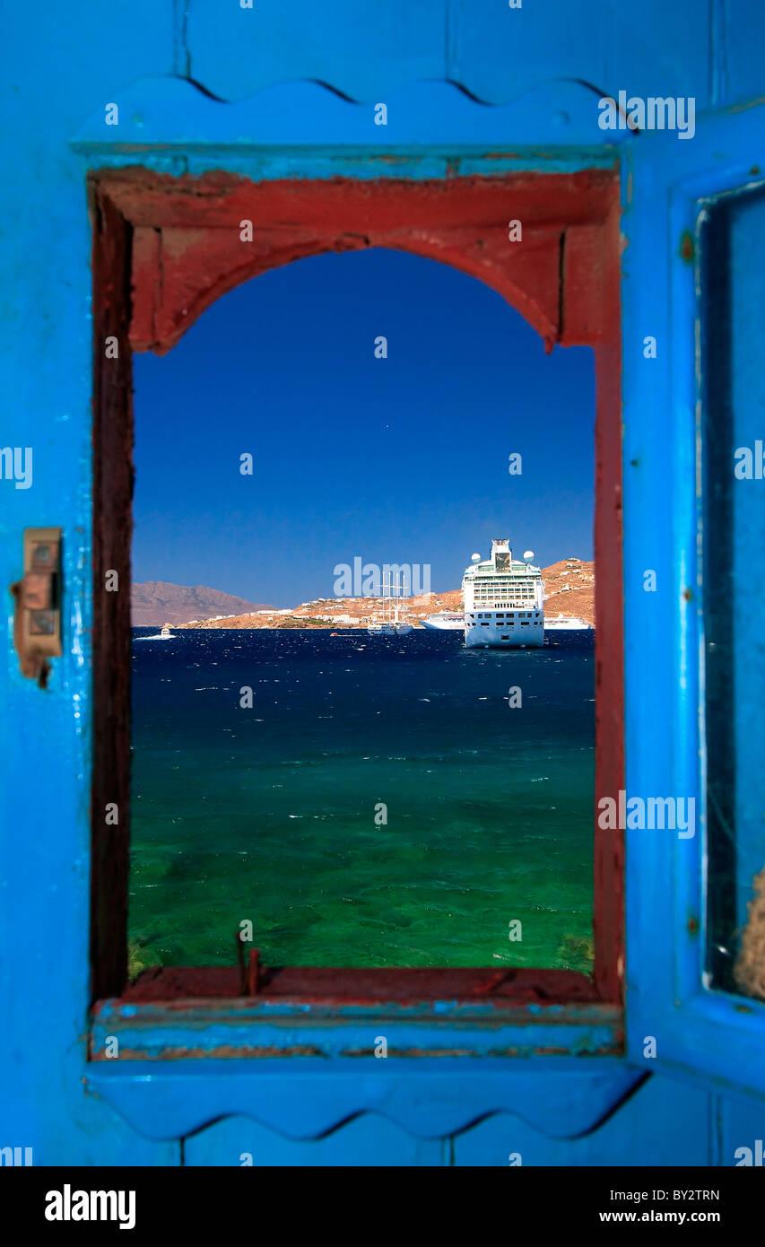 Una vista attraverso la finestra di una delle vecchie case in riva al mare in Hora di Myconos, Grecia Immagini Stock