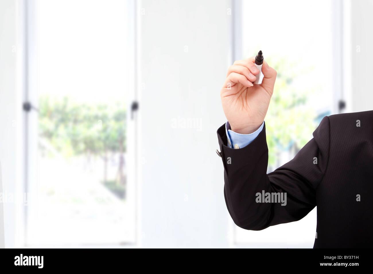 Close up di imprenditore mano con penna pronto a scrivere qualcosa in ufficio Immagini Stock