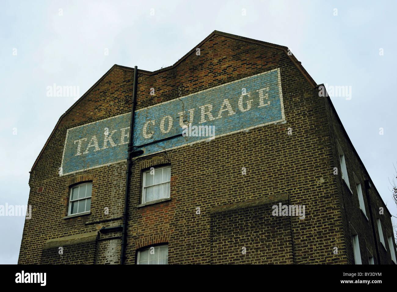 Prendete coraggio annuncio su che cosa ha usato per essere il coraggio & Co. Birreria Ltd Immagini Stock
