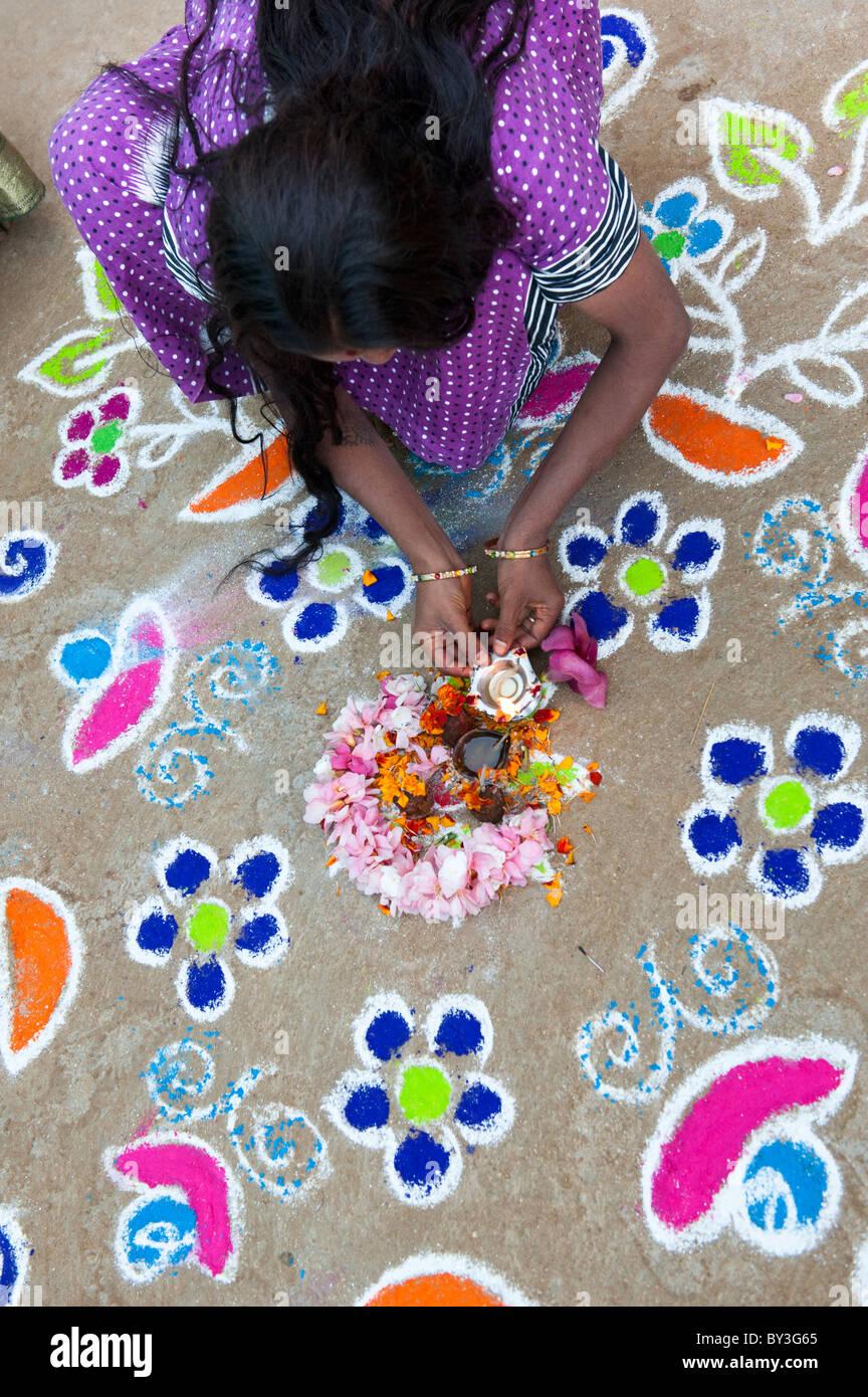 India donna fare un design Rangoli fuori la sua casa per le strade di Puttaparthi durante il festival di sankranthi. Immagini Stock