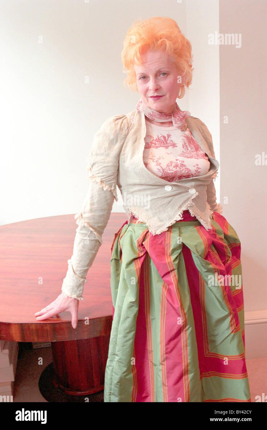 La stilista Vivienne Westwood modeling la propria gamma di abbigliamento presso il suo ufficio in Soho Londra Immagini Stock