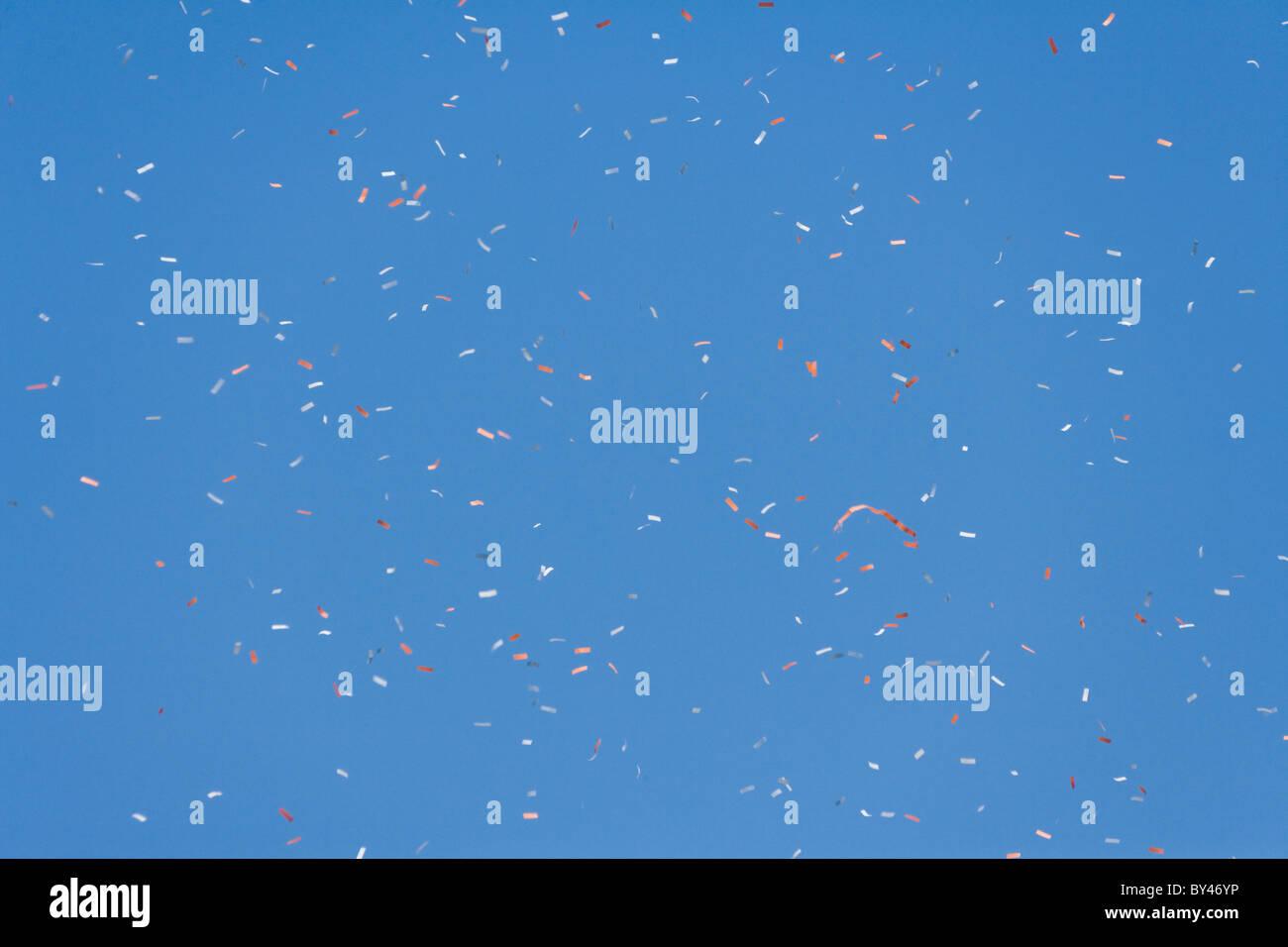 Coriandoli e cielo blu per lo sfondo Immagini Stock