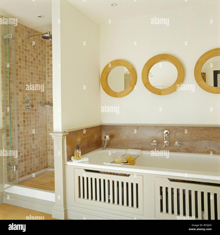 Specchi Circolari Sopra Il Bagno In Crema Bagno Con Beige Con