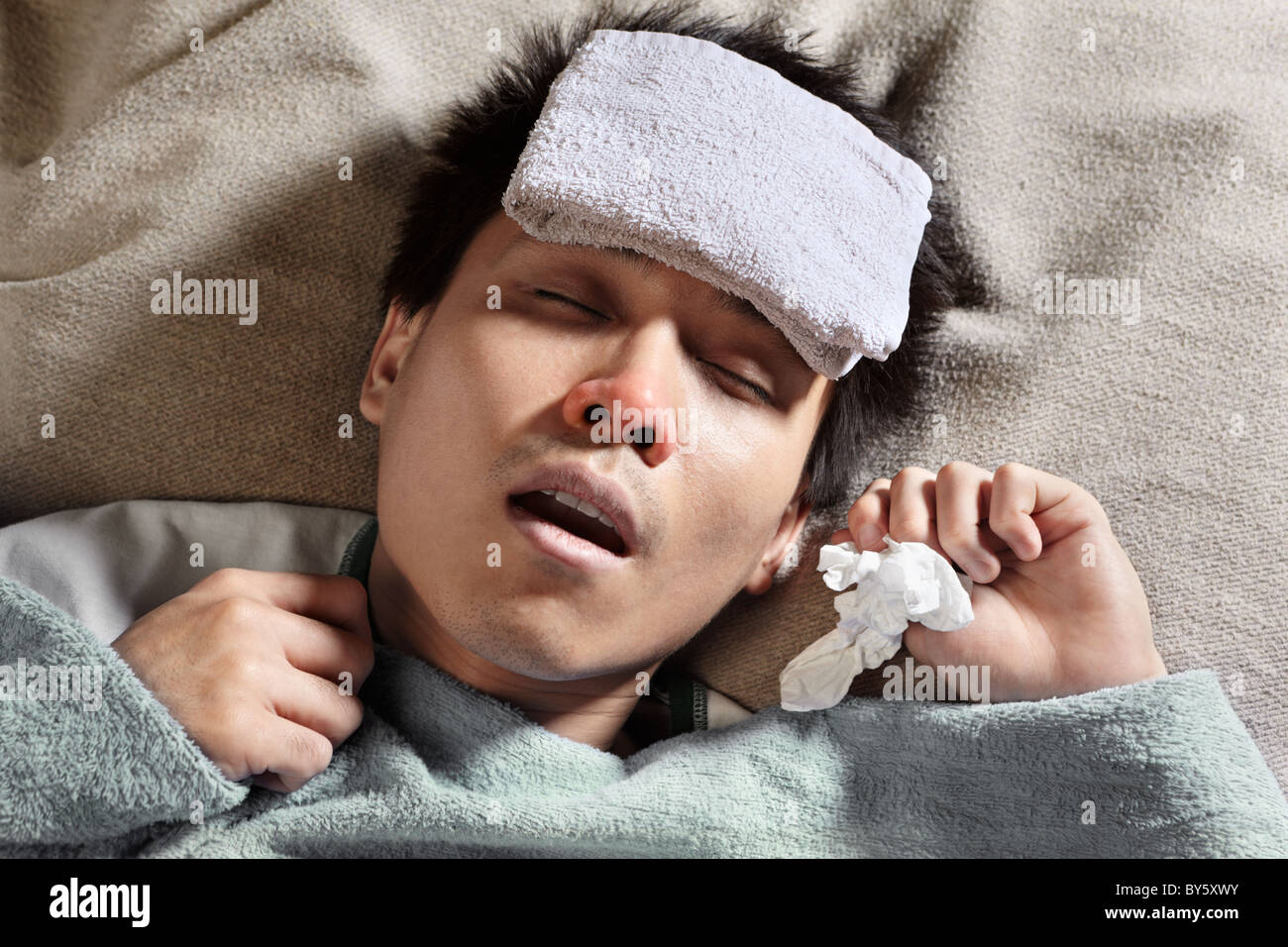 più nuovo di vendita caldo di modo attraente alta qualità Un maschio ammalato dormire con asciugamano bagnato sulla ...