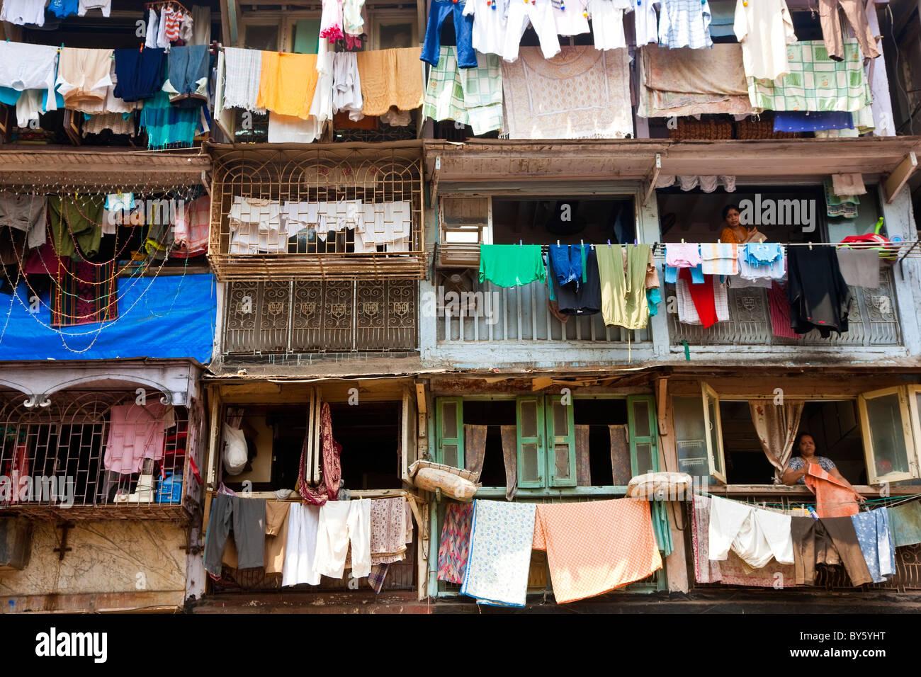 Lavaggio e asciugatura all'esterno appartamenti, Mumbai (Bombay), India Immagini Stock