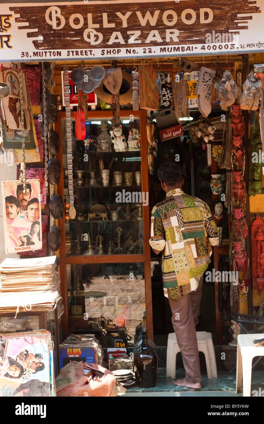 Negozio di fronte la vendita di oggetti di antiquariato & film paraphernalia, Mumbai (Bombay), India Immagini Stock