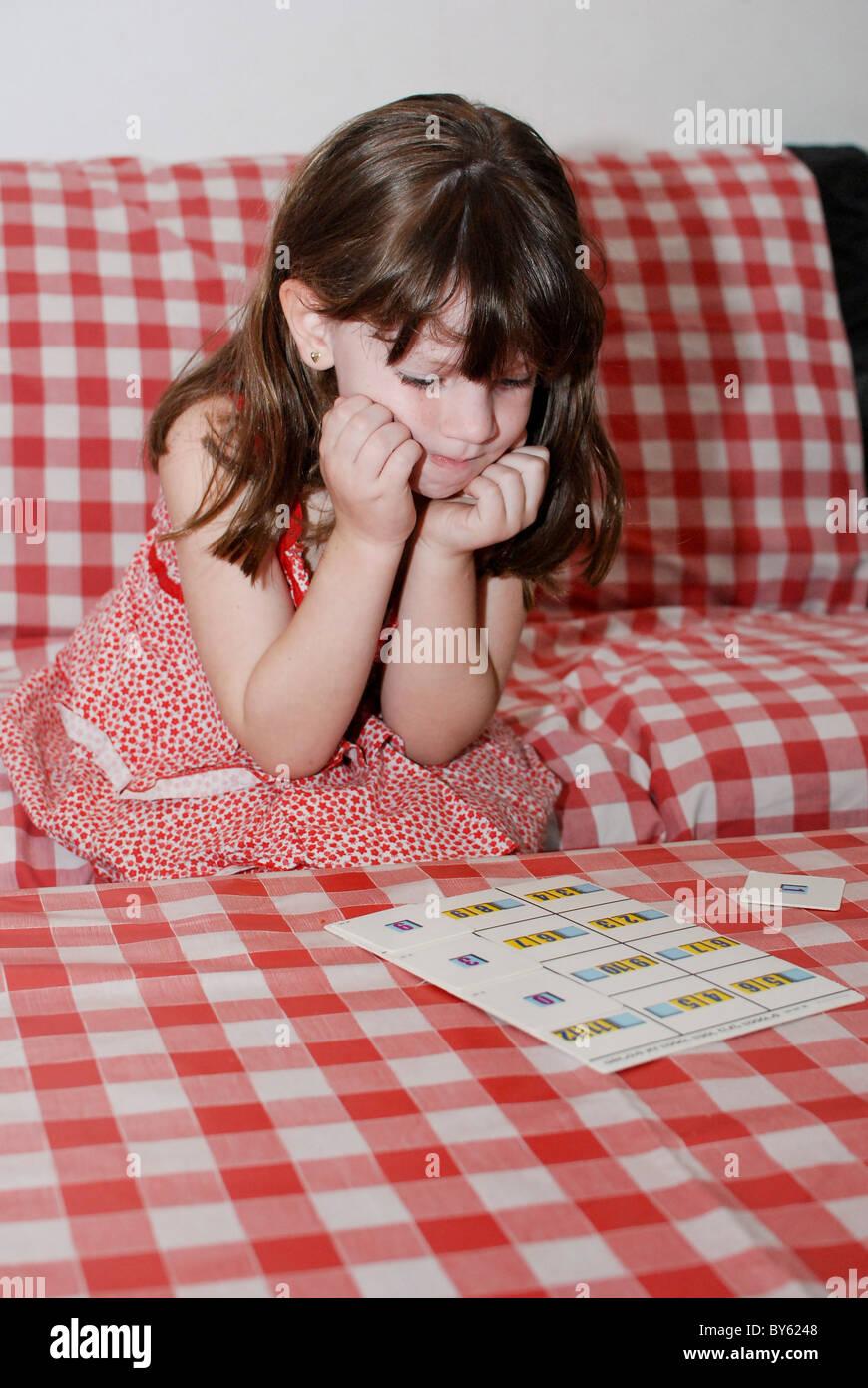 Giovane ragazza in età prescolare di 5 impara l'aritmetica Immagini Stock