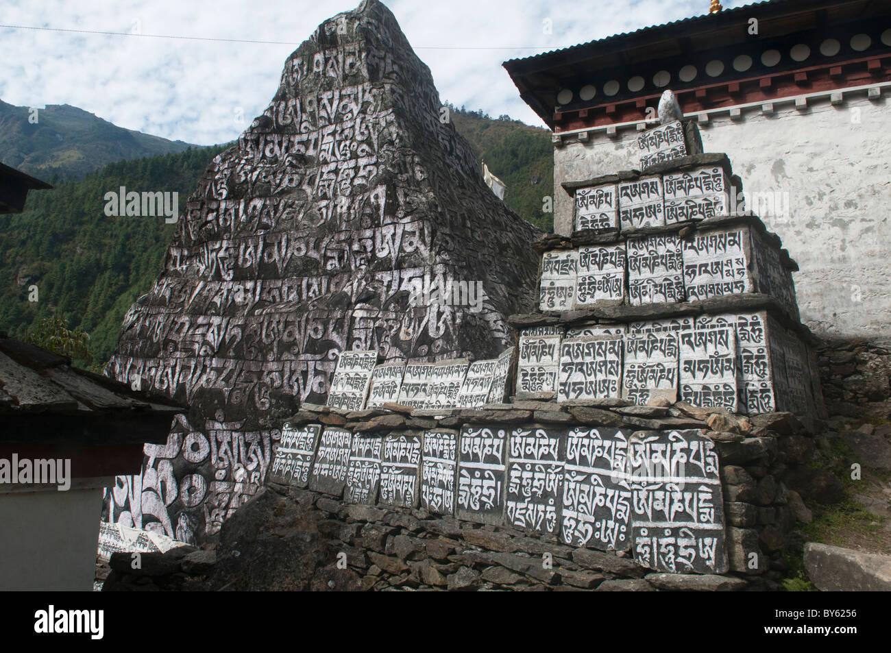 Mani da muri in pietra lungo il sentiero nella regione dell Everest del Nepal Immagini Stock