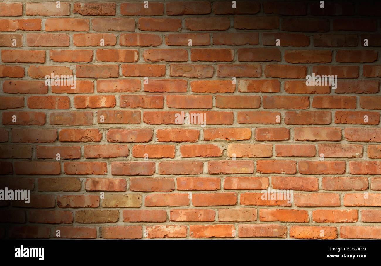 Weathered red brick parete illuminata di texture in diagonale Immagini Stock