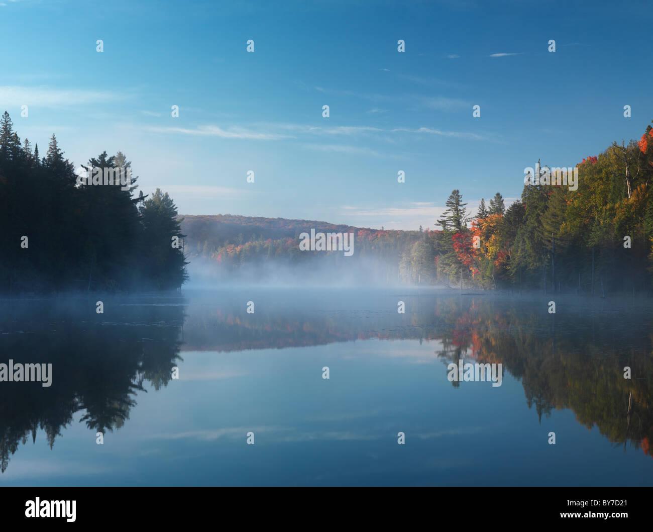 Foschia sopra il lago di fumo all'alba. Bella cascata di paesaggio naturale. Algonquin Provincial Park, Ontario, Immagini Stock