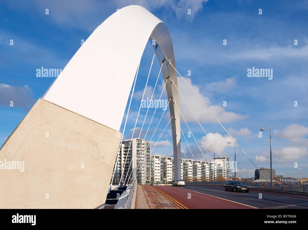 Il Clyde Arc ponte che attraversa il fiume Clyde e l'India Quay Edificio, Glasgow, Scotland, Regno Unito. Foto Stock