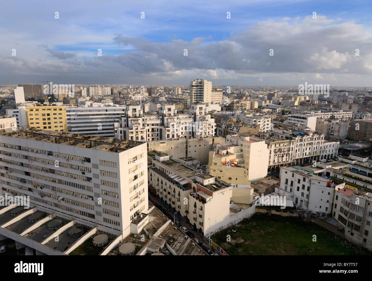 Sera vista guardando attraverso il bianco paesaggio urbano di Casablanca in Marocco Immagini Stock