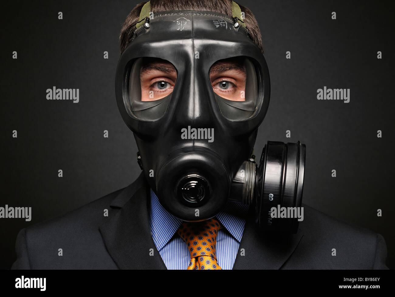 Imprenditore indossando maschera a gas Foto Stock