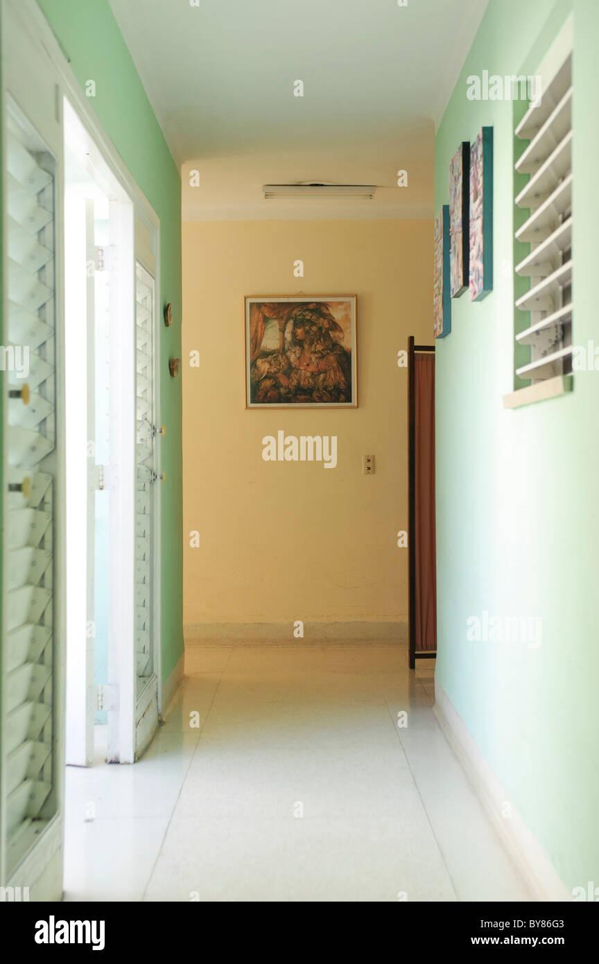Vista Di Un Corridoio In Un Cubano Di Casa Con La Crema E Pareti Di