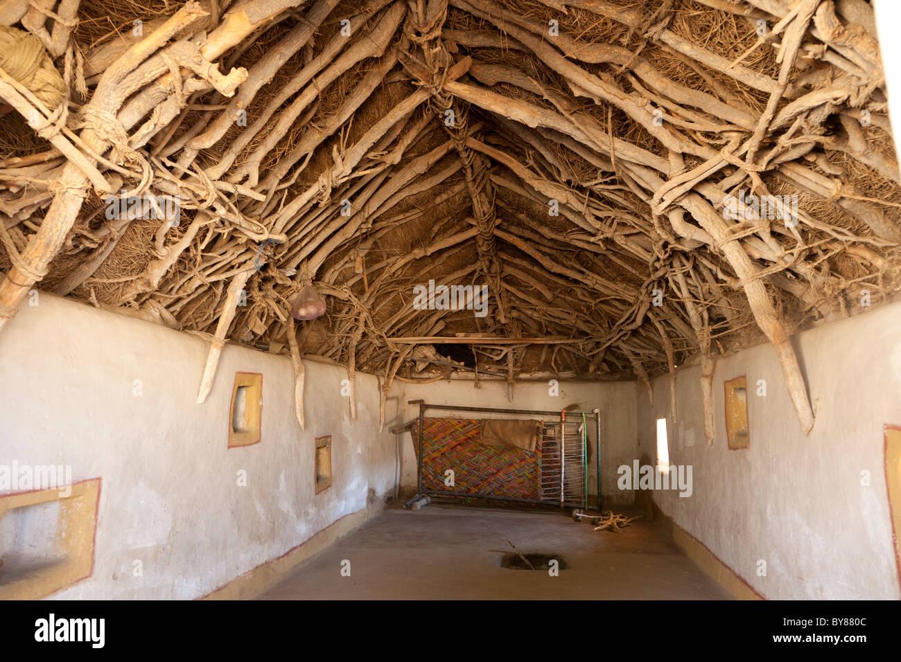 India Rajasthan, deserto di Thar, interno della casa tradizionale che mostra il metodo di costruzione del tetto Immagini Stock