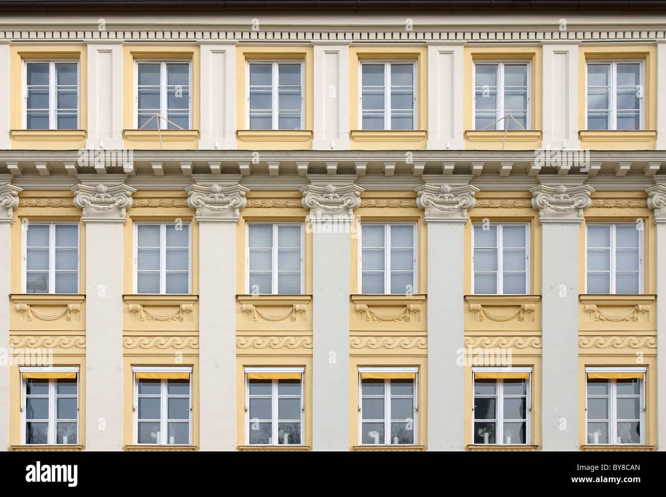 Facciata con finestre a Monaco di Baviera, Germania Immagini Stock
