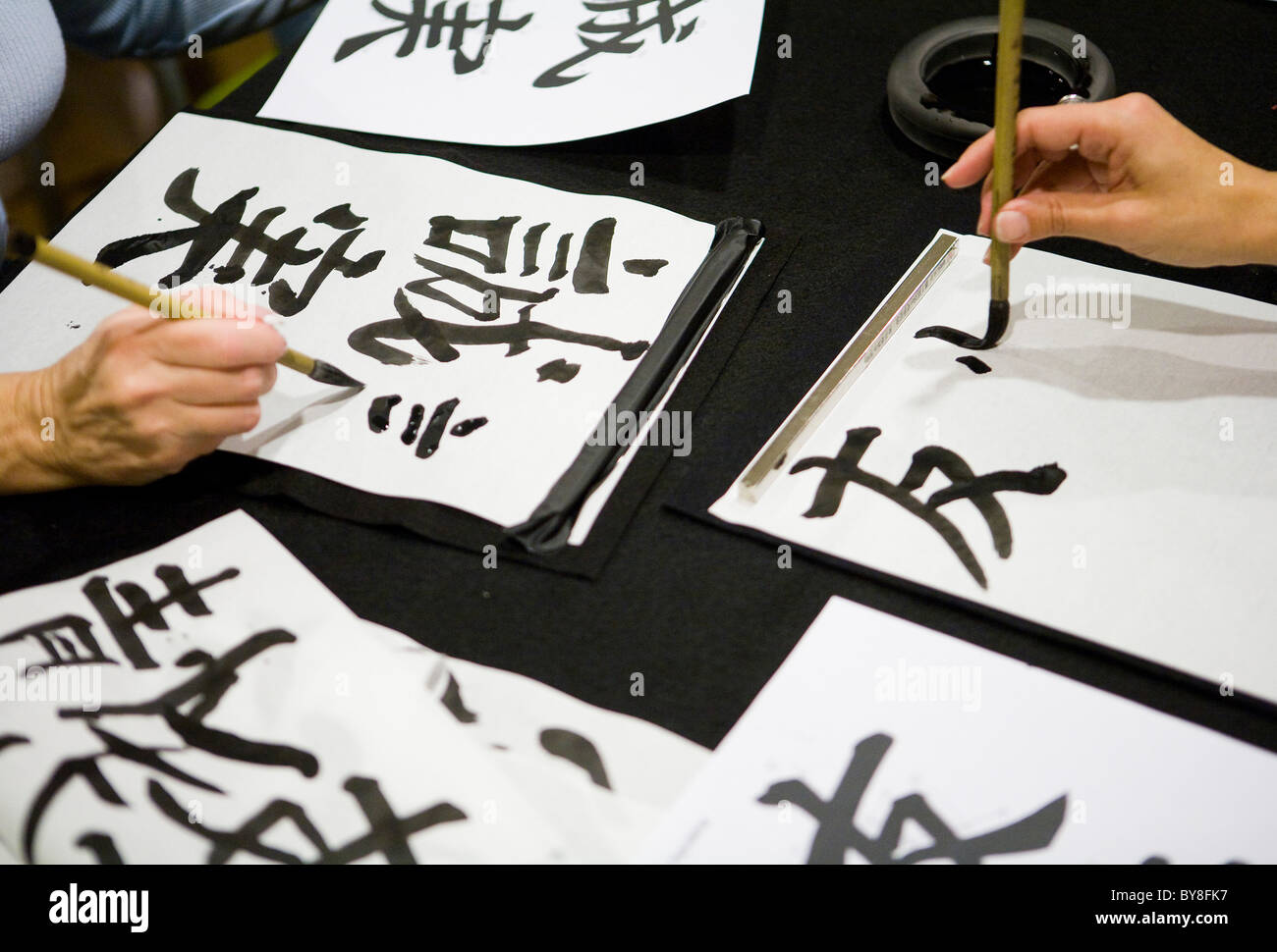Gli studenti in una classe di calligrafia. Immagini Stock