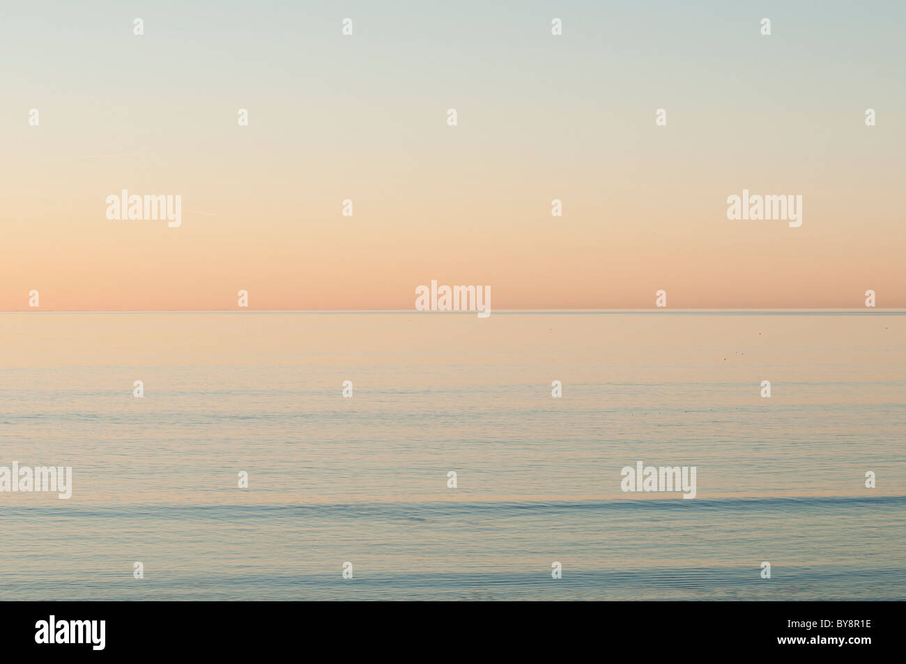 Un appartamento mare calmo al tramonto - Cardigan Bay west wales UK Immagini Stock