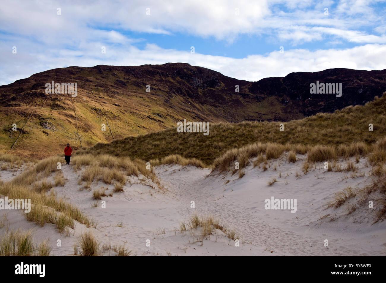 Donna cammina da sola sulle dune di sabbia sull Oceano Atlantico coast Immagini Stock