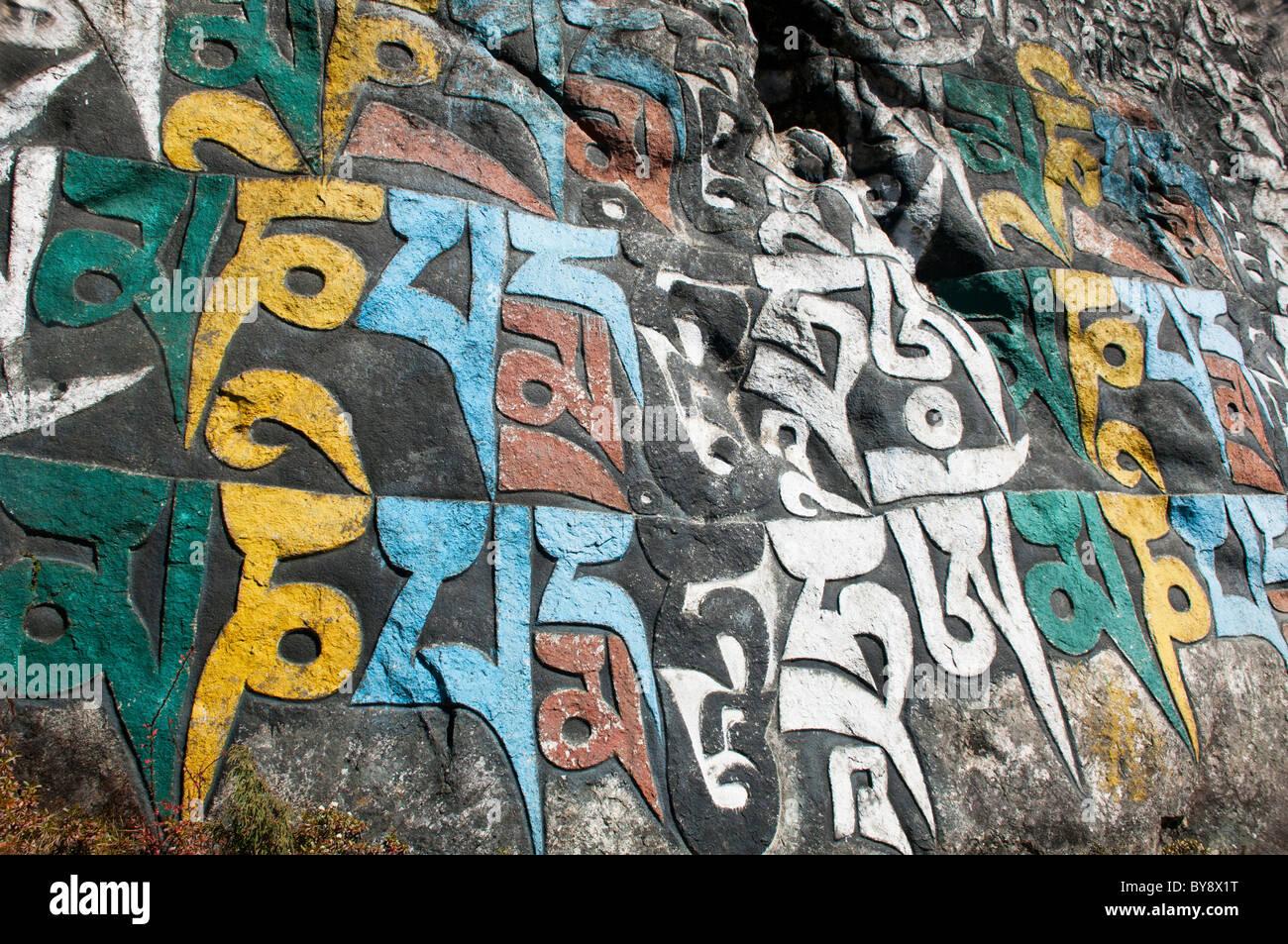 Il Tibetano il sanscrito su mani parete nella regione dell Everest del Nepal Immagini Stock