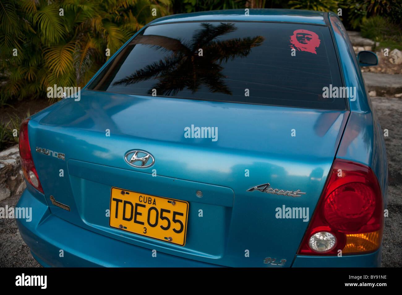 Blu accento Honda a Cuba con che Guevarra adesivo e il palmtree riflessione Immagini Stock