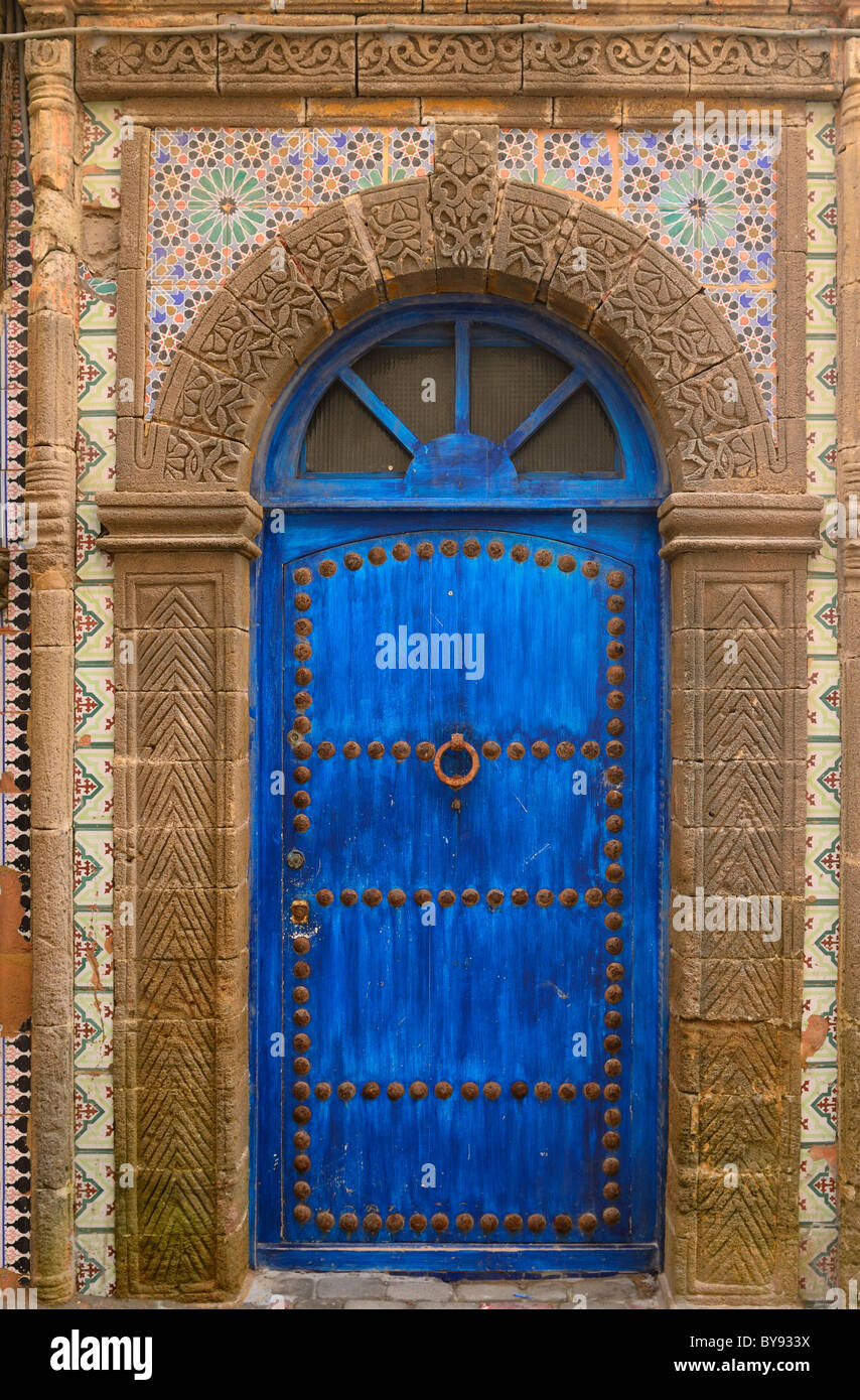 Il blue door in Essaouira Medina ornato di muratura in pietra e zellige tilework marocco Immagini Stock
